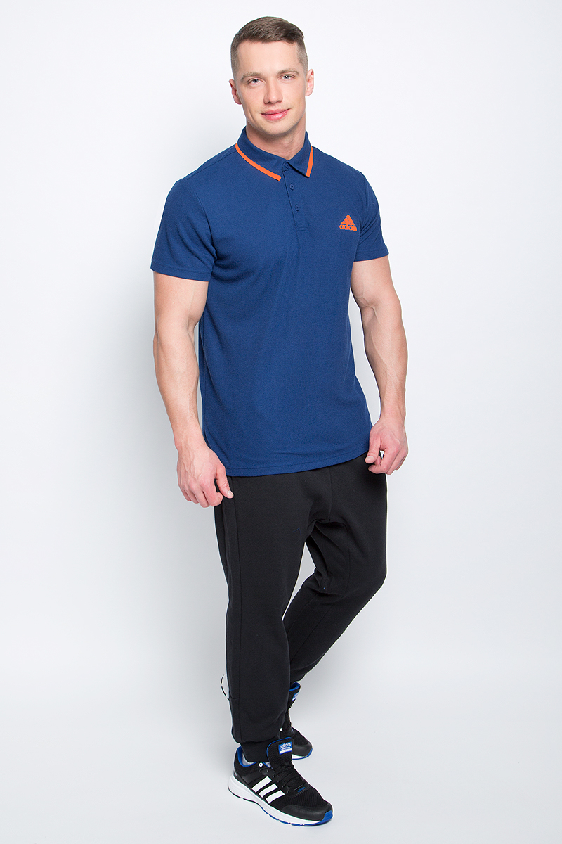 Поло для тенниса мужское Adidas Essex Polo, цвет: синий. BJ8759. Размер L (52/54)BJ8759Мужское поло для тенниса Adidas Essex Polo изготовлено из тонкого полиэстера. Классическая модель с короткими рукавами и отложным воротником застегивается спереди на три пуговицы. Передняя часть декорирована принтом с логотипом и названием бренда, воротник отделан контрастным кантом.
