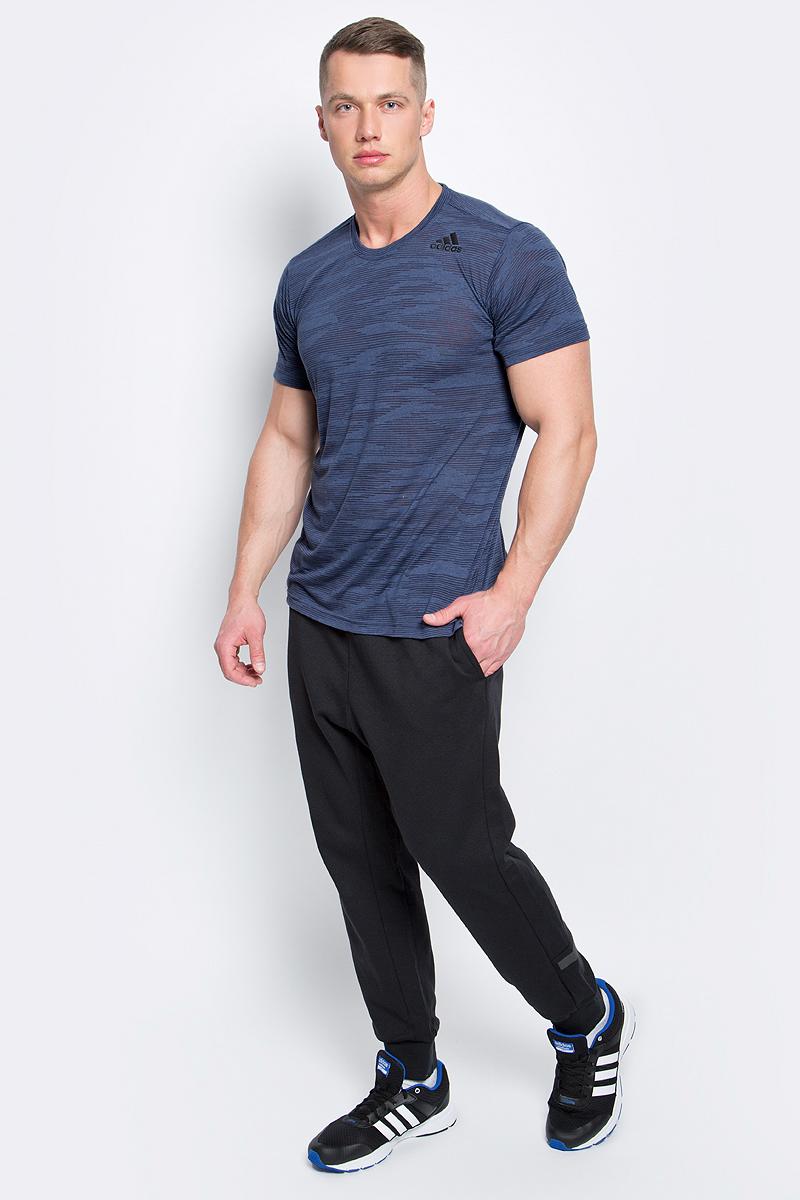 Футболка мужская adidas Freelift Ak, цвет: серо-синий. BK6102. Размер L (52/54)BK6102Мужская футболка Adidas Freelift Ak выполнена из полиэстера с добавлением вискозы. Ткань с технологией climalite быстро и эффективно отводит влагу с поверхности кожи, поддерживая комфортный микроклимат. Такая футболка великолепно подойдет как для повседневной носки, так и для спортивных занятий. Модель с короткими рукавами и круглым вырезом горловины оформлена принтом с логотипом бренда. Спинка слегка удлинена, имеются небольшие боковые разрезы.