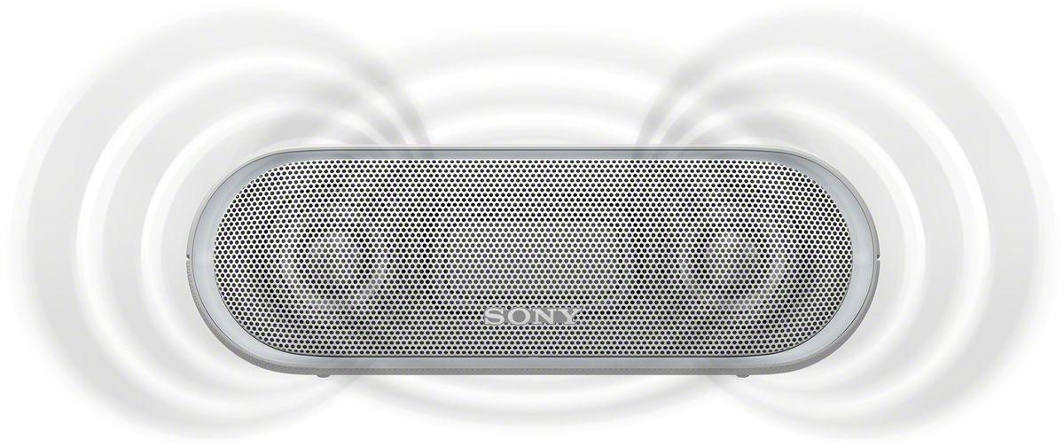Sony SRS-XB20, White портативная акустическая системаSRSXB20W.RU2Раскачайте вечеринку по полной, включив беспроводную акустическую систему SRS-XB20 с мощными басами и стильной подсветкой.Чтобы раскачать вечеринку, просто нажмите кнопку EXTRA BASS. Двойные пассивные излучатели в сочетании с полнодиапазонными стереодинамиками усиливают звучание низких частот, придавая им неожиданную глубину для такой компактной системы.Одноцветная линейная подсветка привлечет внимание гостей к стильному дизайну этой беспроводной акустической системы.Компактную беспроводную систему SRS-XB20 можно брать с собой куда угодно: она удобна в переноске, не боится воды и не разрядится до самого окончания вечеринки.Любимая музыка будет с вами всегда и везде, даже у бассейна или на берегу моря: благодаря защите IPX5 эта беспроводная акустическая система не боится воды.Слушайте музыку весь день напролет: эта система работает от аккумулятора до 12 часов, а когда понадобится подзарядка, система сама сообщит вам голосовым уведомлением.Устройте настоящую танцевальную вечеринку, объединив до 10 динамиков по Bluetooth в одну беспроводную систему с помощью функции Party Chain для одновременного воспроизведения музыки и настройки световых эффектов.Быстро и легко управляйте воспроизведением со смартфона через приложение Sony | Music Center (ранее называвшееся SongPal). Просто установите приложение и регулируйте звук, подсветку и прочие настройки.