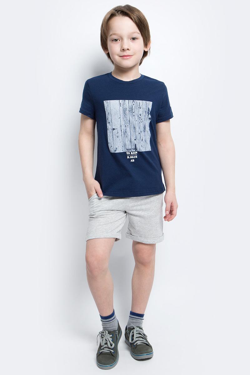 Футболка для мальчика Button Blue Main, цвет: синий. 117BBBC12021000. Размер 104, 4 года117BBBC12021000Футболка с принтом - не только базовая вещь в гардеробе ребенка, но и основа модного летнего образа. Если вы решили купить недорогую футболку для мальчика, выберете футболку от Button Blue. Высокое качество подарит удобство, комфорт и принесет удовольствие от покупки.