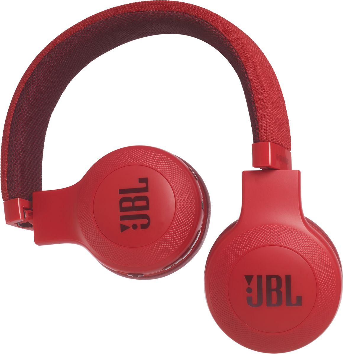 JBL E45BT, Red беспроводные наушникиJBLE45BTREDБеспроводные накладные наушники JBL E45BT доставят легендарный звук JBL прямо вам в уши. E45BT - одна из наиболее универсальных моделей, отличающаяся длительной работой от аккумулятора (до 16 часов), инновационным, стильным оголовьем с тканевой отделкой и эргономичным накладным дизайном. Это значит, что вы можете не расставаться с любимой музыкой и получать дополнительное удовольствие, где бы вы ни были - на работе, в транспорте или просто в городе. Вы можете с легкостью переключаться с прослушивания музыки на своем портативном устройстве на прием телефонного вызова, чтобы никогда не пропускать звонки. Благодаря элегантному внешнему виду, различным цветам и дополнительному удобству съемного кабеля с пультом управления и микрофоном вам никогда не захочется расставаться с наушниками E45BT. Они привнесут в вашу жизнь яркость и удовольствие.
