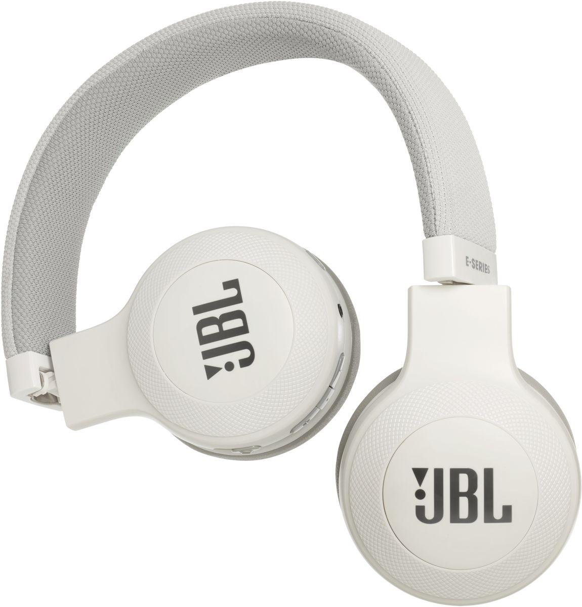 JBL E45BT, White беспроводные наушникиJBLE45BTWHTБеспроводные накладные наушники JBL E45BT доставят легендарный звук JBL прямо вам в уши. E45BT - одна из наиболее универсальных моделей, отличающаяся длительной работой от аккумулятора (до 16 часов), инновационным, стильным оголовьем с тканевой отделкой и эргономичным накладным дизайном. Это значит, что вы можете не расставаться с любимой музыкой и получать дополнительное удовольствие, где бы вы ни были - на работе, в транспорте или просто в городе. Вы можете с легкостью переключаться с прослушивания музыки на своем портативном устройстве на прием телефонного вызова, чтобы никогда не пропускать звонки. Благодаря элегантному внешнему виду, различным цветам и дополнительному удобству съемного кабеля с пультом управления и микрофоном вам никогда не захочется расставаться с наушниками E45BT. Они привнесут в вашу жизнь яркость и удовольствие.