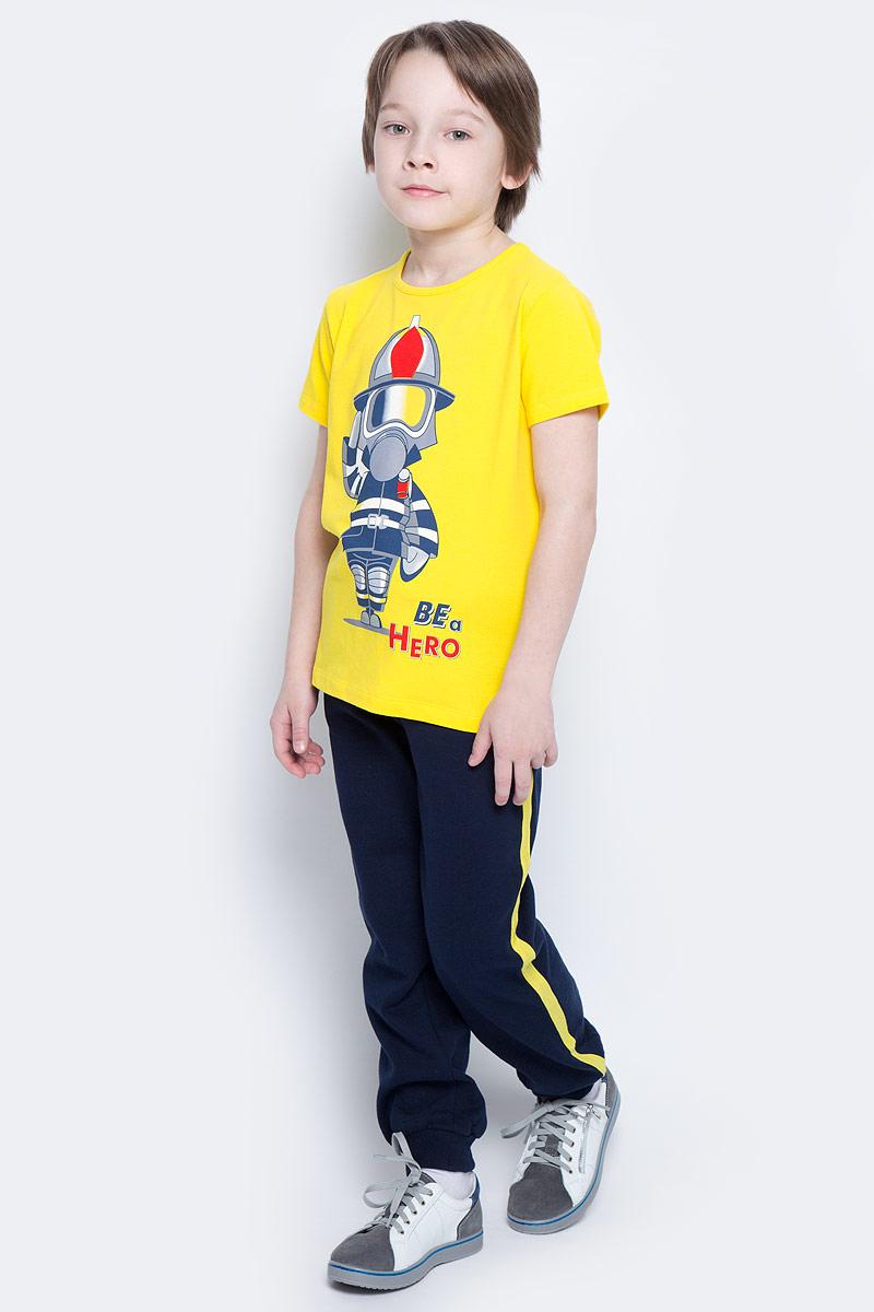 Брюки спортивные для мальчика PlayToday, цвет: темно-синий, желтый. 361020. Размер 128361020Спортивные брюки для мальчика PlayToday изготовлены из хлопка с добавлением полиэстера. Изнаночная сторона выполнена с небольшим ворсом. Брюки с лампасами на талии имеют широкую трикотажную резинку и шнурок-утяжку. По бокам предусмотрены два врезных кармана. Низ брючин дополнен широкими трикотажными манжетами.