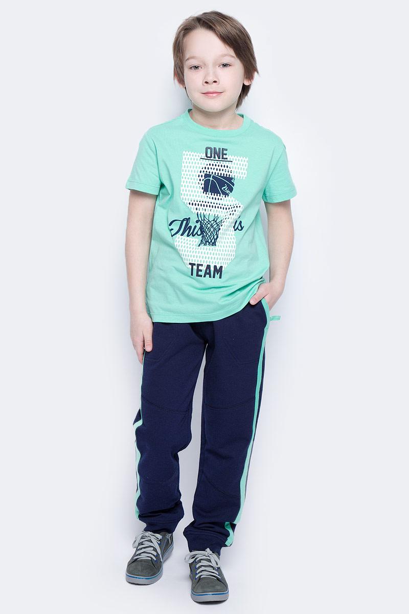 Брюки спортивные для мальчика Sela, цвет: темно-синий. Pk-815/312-7122. Размер 116Pk-815/312-7122Удобные спортивные брюки для мальчика Sela выполнены из качественного хлопкового материала и оформлены контрастными лампасами по бокам. Брюки прямого кроя и стандартной посадки на талии имеют широкий пояс на мягкой резинке, дополнительно регулируемый шнурком. Изделие дополнено двумя втачными карманами спереди и прорезным карманом сзади. Низ брючин дополнен мягкими трикотажными резинками.