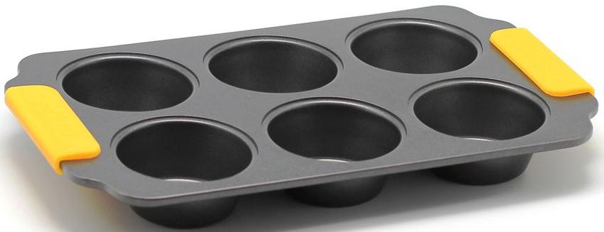 Форма для выпечки маффинов Zanussi Amalfi, 6 ячеек, цвет: черный. ZAC34413CFZAC34413CFКоллекция форм серии Amalfi является хорошим приобретением любой хозяйки. Товар бренда Zanussi - металлические формы - пользуется высоким спросом, его отличает высокое качество и удобный размер. Изделия выполнены из толстой углеродистой стали. Отличительной особенностью серии являются силиконовые ручки на изделии, благодаря которым Вам не прийдется пользоваться дополнительными средствами для вытаскивания формы из духовки. Форма имеет антипригарное покрытие и утолщенные стенки, которые гарантируют равномерное пропекание изделия. Можно использовать в духовке до 230 градусов. Главное преимущество стальных форм - это абсолютная химическая нейтральность и экологичность.