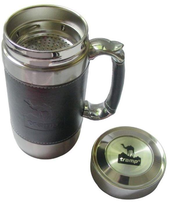 """Термокружка """"Tramp"""" из нержавеющей стали имеет двойные стенки и плотно прилегающую крышку. Это предотвращает быстрое остывание горячего напитка и нагревание холодного - напиток долго сохранит нужную температуру. Имеется сеточка для удобного заваривания чая. Ручка отделана кожей. Кружку удобно и приятно держать, невозможно обжечься. Имеет стильный дизайн: корпус и ручка отделаны темной кожей. Кружка послужит отличным дополнением к подарку для любого праздника. Кружку можно использовать в самых разных ситуациях: на пикнике, в офисе или дома. Объем: 450 мл."""