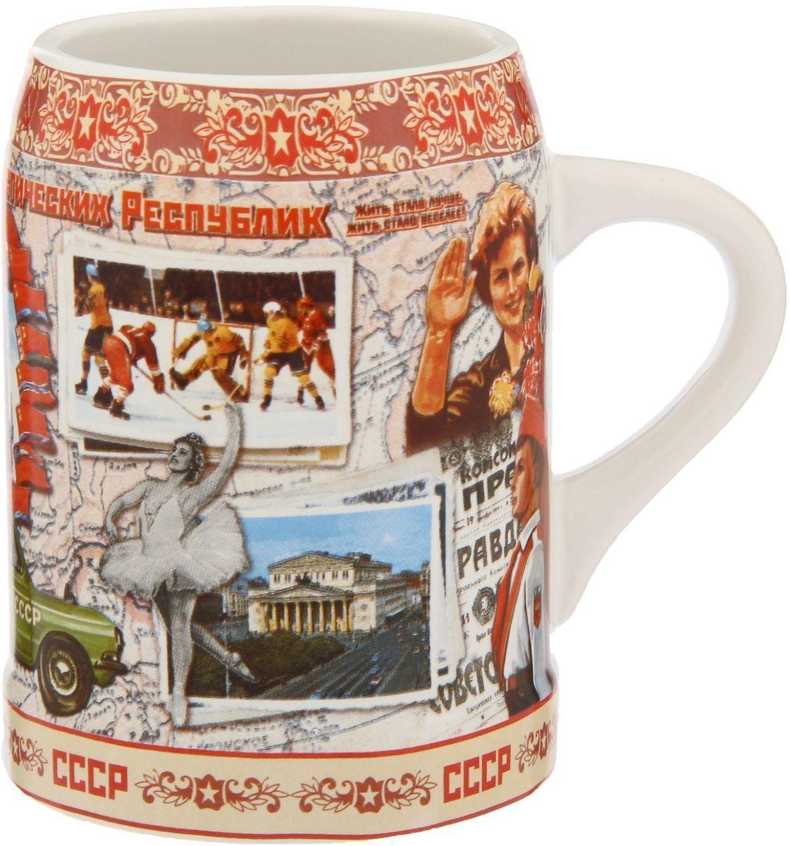 """Пейте пиво пенное!Сегодня кружка — это не просто предмет посуды. Это произведение искусства в разных его проявлениях и для разных целей. Например, любители пива знают наверняка, что хмельной напиток становится ещё вкусней, если пить его из любимого бокала.Пивная кружка Sima-land """"СССР"""" сделает посиделки с друзьями ещё душевнее и веселее. Она непременно понравится людям с хорошим чувством юмора. Изделие покрыто ярким авторским рисунком, что делает его по-настоящему уникальным. Удобная форма бокала, чуть суженная у края, оставит игривые пенные пузырьки внутри, сохранив вместе с ними аромат любимого напитка.Прекрасно подойдёт в качестве подарка друзьям или приятного дополнения к застолью в хорошей компании.Упакована в картонную подарочную коробочку с прозрачным окном."""