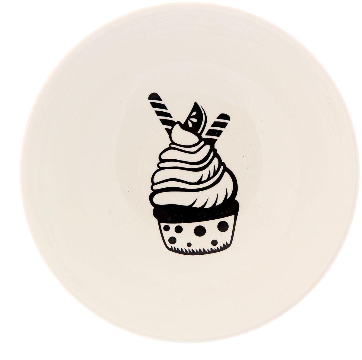 Салатник Сотвори чудо Маффин, диаметр 16,5 см2277847Изящный салатник Сотвори чудо изготовлен из фаянса. На дне салатника расположилась забавная картинка, нарисованная стойкой краской. Хотите обновить интерьер кухни или гостиной? Устраиваете необычную фотосессию или тематический праздник? А может, просто ищете подарок для близкого человека? Можно использовать в посудомоечных машинах. Диаметр по верхнему краю: 16,5 см.