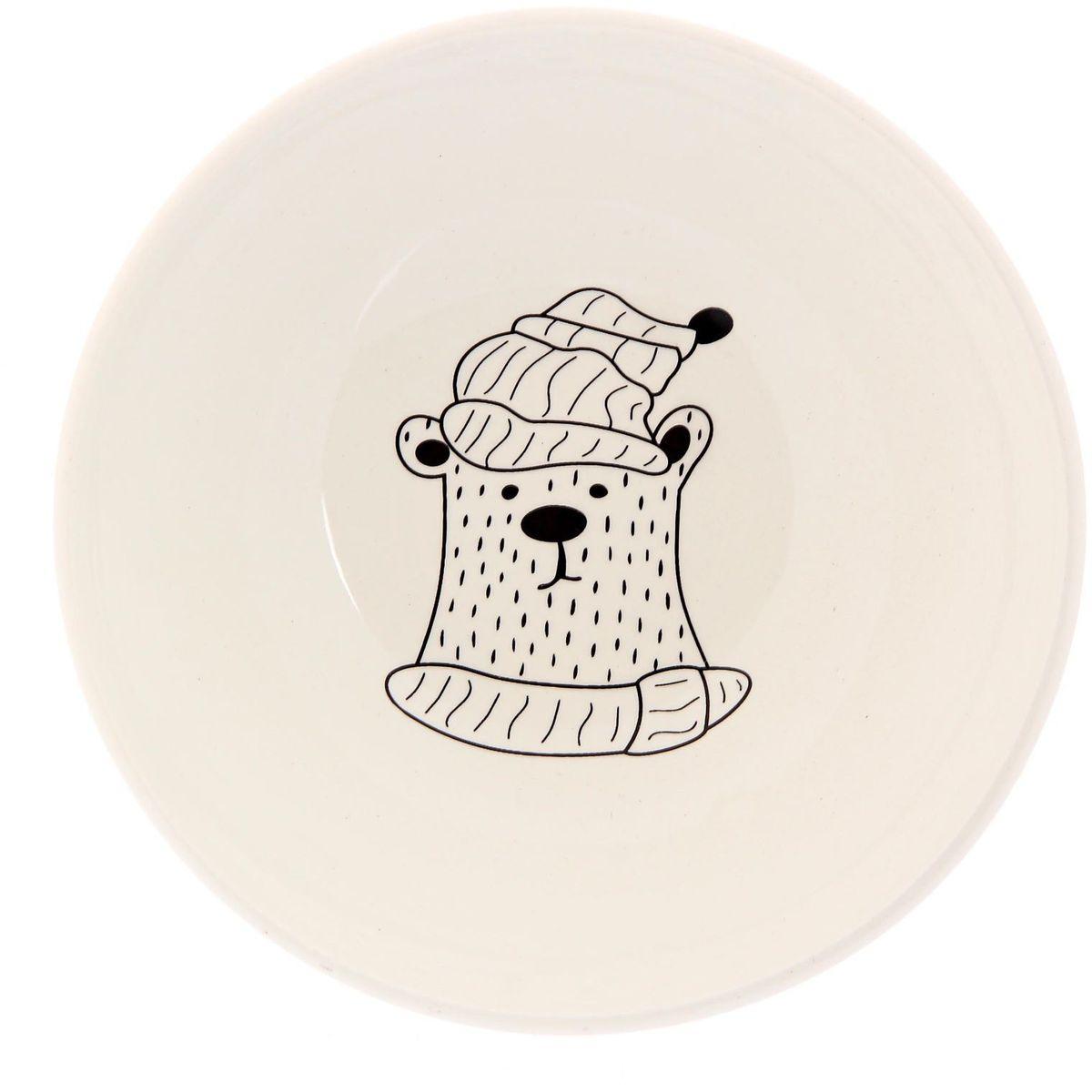 Салатник Сотвори чудо Полярный мишка, диаметр 16,5 см2277848Изящный салатник Сотвори чудо изготовлен из фаянса. На дне салатника расположилась забавная картинка, нарисованная стойкой краской. Хотите обновить интерьер кухни или гостиной? Устраиваете необычную фотосессию или тематический праздник? А может, просто ищете подарок для близкого человека?Можно использовать в посудомоечных машинах.Диаметр по верхнему краю: 16,5 см.