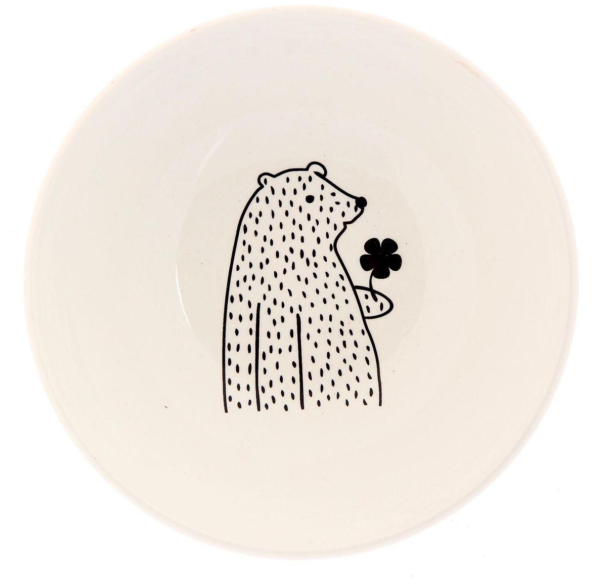 Салатник Сотвори чудо Цветочный мишка, диаметр 16,5 см2277849Изящный салатник Сотвори чудо изготовлен из фаянса. На дне салатника расположилась забавная картинка, нарисованная стойкой краской.Хотите обновить интерьер кухни или гостиной? Устраиваете необычную фотосессию или тематический праздник? А может, просто ищете подарок для близкого человека? Можно использовать в посудомоечных машинах. Диаметр по верхнему краю: 16,5 см.