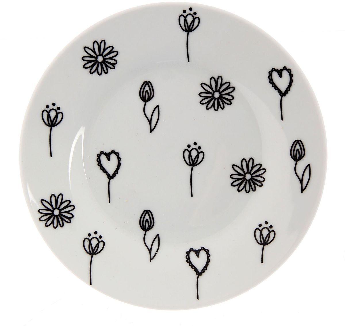 Тарелка мелкая Сотвори чудо Черный цветок, диаметр 15,5 см2277865Хотите обновить интерьер кухни или гостиной? Устраиваете необычную фотосессию или тематический праздник? А может, просто ищете подарок для близкого человека? Посуда Сотвори Чудо — правильный выбор в любой ситуации. Тарелка Сотвори Чудо, изготовленная из изящного фаянса нежного сливочного цвета, оформлена оригинальным рисунком со стойкой краской. Пригодна для посудомоечной машины.