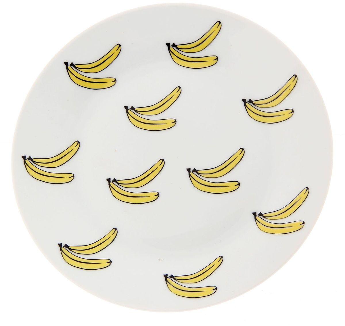 Тарелка мелкая Сотвори чудо Бананы, диаметр 20 см2277869Хотите обновить интерьер кухни или гостиной? Устраиваете необычную фотосессию или тематический праздник? А может, просто ищете подарок для близкого человека? Посуда Сотвори Чудо — правильный выбор в любой ситуации. Тарелка Сотвори Чудо, изготовленная из изящного фаянса нежного сливочного цвета, оформлена оригинальным рисунком со стойкой краской. Пригодна для посудомоечной машины.