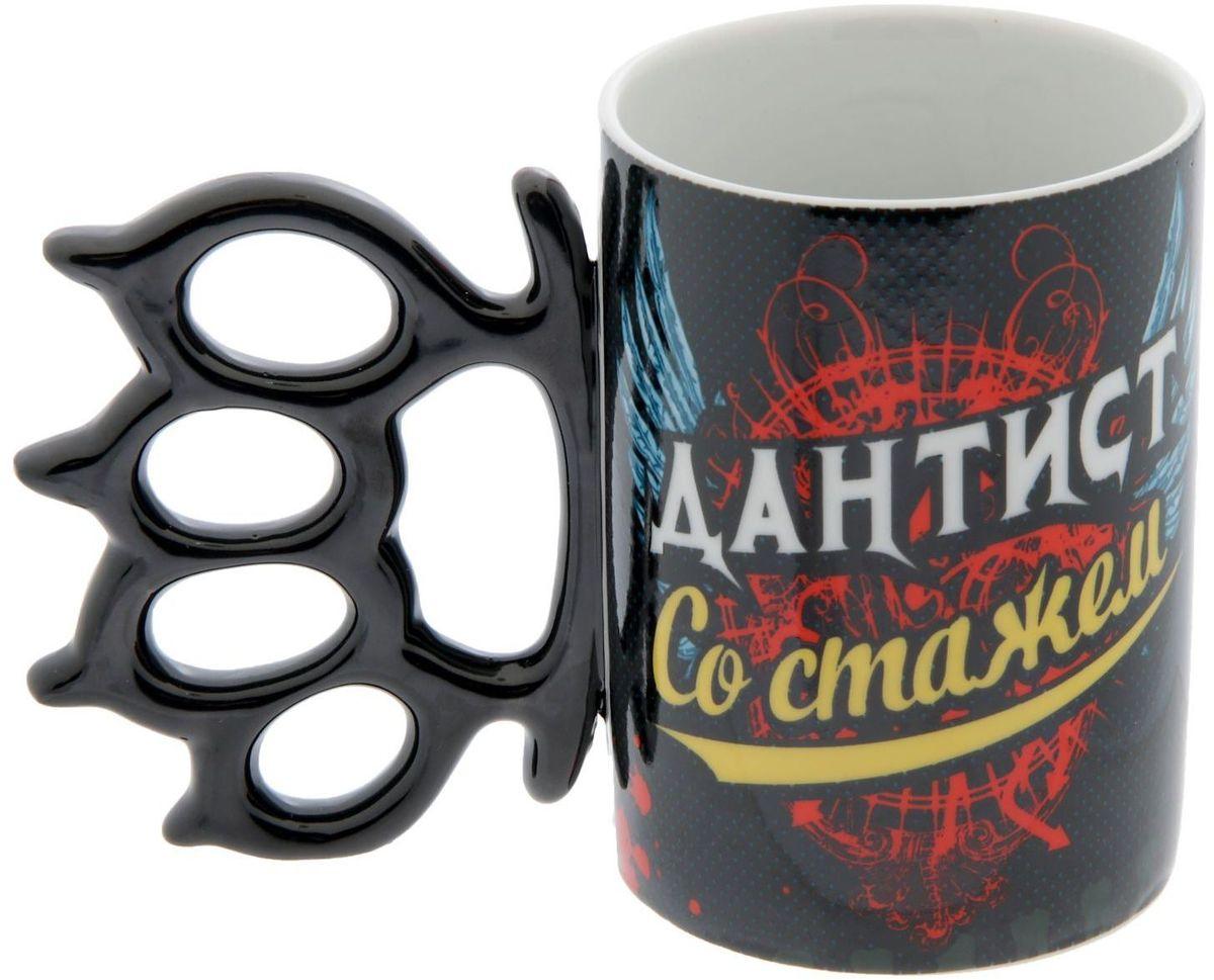 Кружка Huanggang Дантист со стажем, 320 мл1578410Налейте в эту кружку горячий свежесваренный кофе или крепкий ароматный чай, и по врагам бодрости и хорошего настроения – сонливости, вялости, апатии – будет нанесен сокрушительный удар! Оригинальная кружка с необычной ручкой станет сюрпризом для мужчины с отменным чувством юмора! А ваши гости ни за что не смогут пропустить такой аксессуар на столике возле дивана, в кухне или на офисном столе.