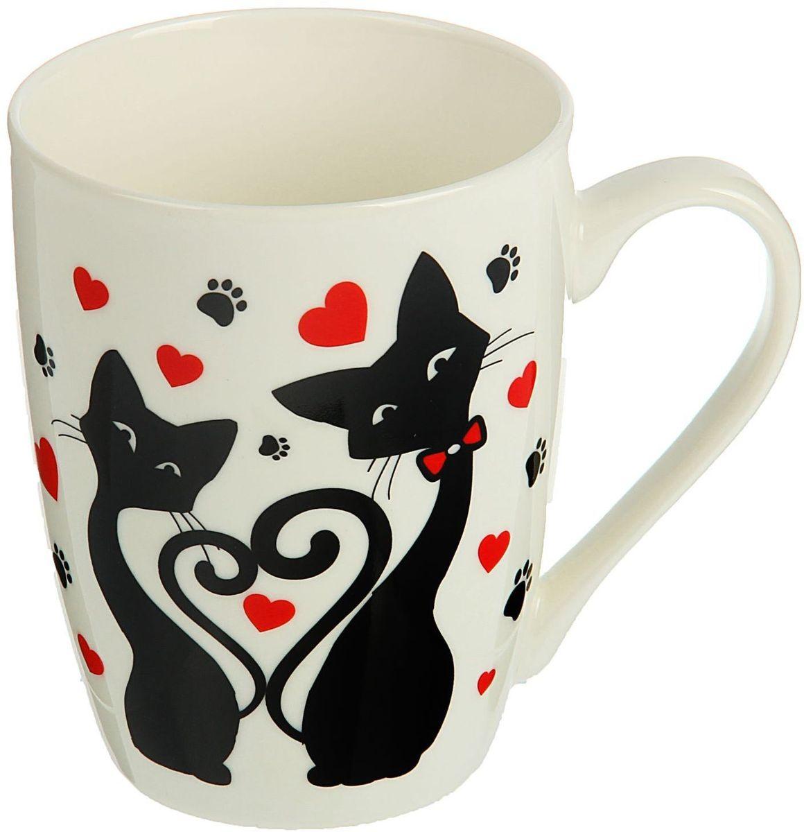 """Кружка Доляна """"Кошачья любовь"""" изготовлена из керамики. Она украшена оригинальным рисунком с кошками. Кружка станет отличным подарком для родных и близких. Это любимый аксессуар на долгие годы.  Относитесь к изделию бережно, и оно будет дарить прекрасное настроение каждый день."""