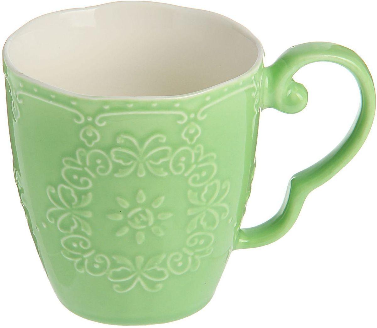 """Кружка Доляна """"Кружева"""" изготовлена из керамики. Корпус чашки украшен выпуклым кружевным рисунком. Кружка станет отличным подарком для родных и близких. Это любимый аксессуар на долгие годы.  Относитесь к изделию бережно, и оно будет дарить прекрасное настроение каждый день."""