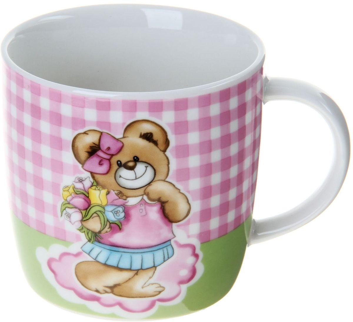 """Детская кружка Доляна """"Мишутка"""" изготовлена из керамики. Она украшена изображением милого медвежонка. Кружка станет любимым аксессуаром на долгие годы для вашего ребенка.  Относитесь к изделию бережно, и оно будет дарить прекрасное настроение каждый день."""