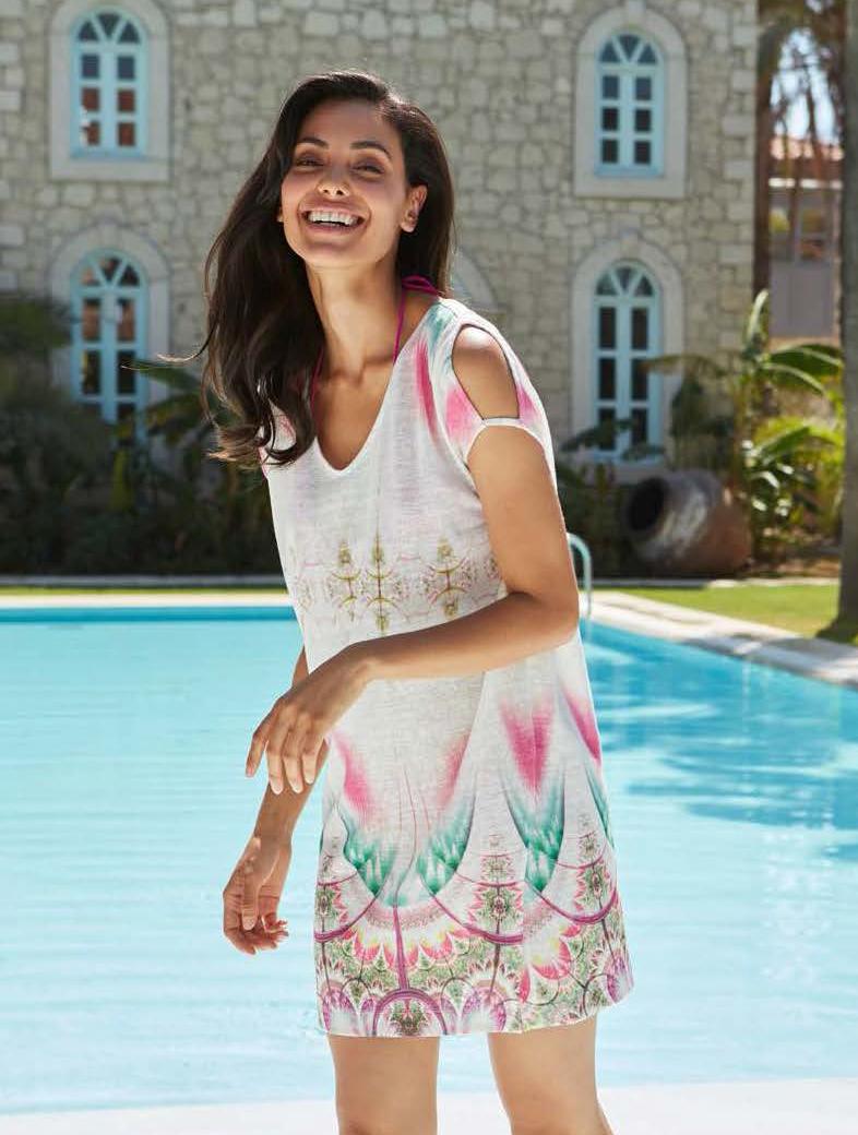 Платье домашнее Penye Mood, цвет: белый, розовый, бирюзовый. 8161. Размер S (44)8161Домашнее платье Penye Mood изготовлено из 100% полиэстера. Модель длины мини и прямого силуэта имеет круглый вырез горловины и короткие рукава с вырезами на плечах. Платье дополнено ярким принтом в восточном стиле.