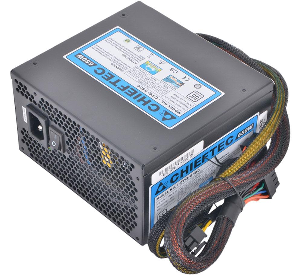 Chieftec CTG-650C блок питания для компьютера4710713239371Chieftec CTG-650C является одним из 3-х модульных блоков питания в розничной упаковке, которыми была дополнена популярная серия A-80, получившая множество наград и хорошо известная во всём мире на протяжении многих лет.Данную модель можно смело назвать хитом продаж среди всех подобных продуктов данной мощности, благодаря высокому КПД >85%, длинным отстёгивающимся периферийным кабелям в оплётке и тихой работе 120 мм вентилятора.Корпус Chieftec CTG-650C изготовлен из стали с покрытием черного матового цвета. На верхней панели расположена решетка, закрывающая вентилятор, а на задней, выполненной в виде сотообразной решетки, находятся разъем для подключения шнура питания и кнопка включения сети.