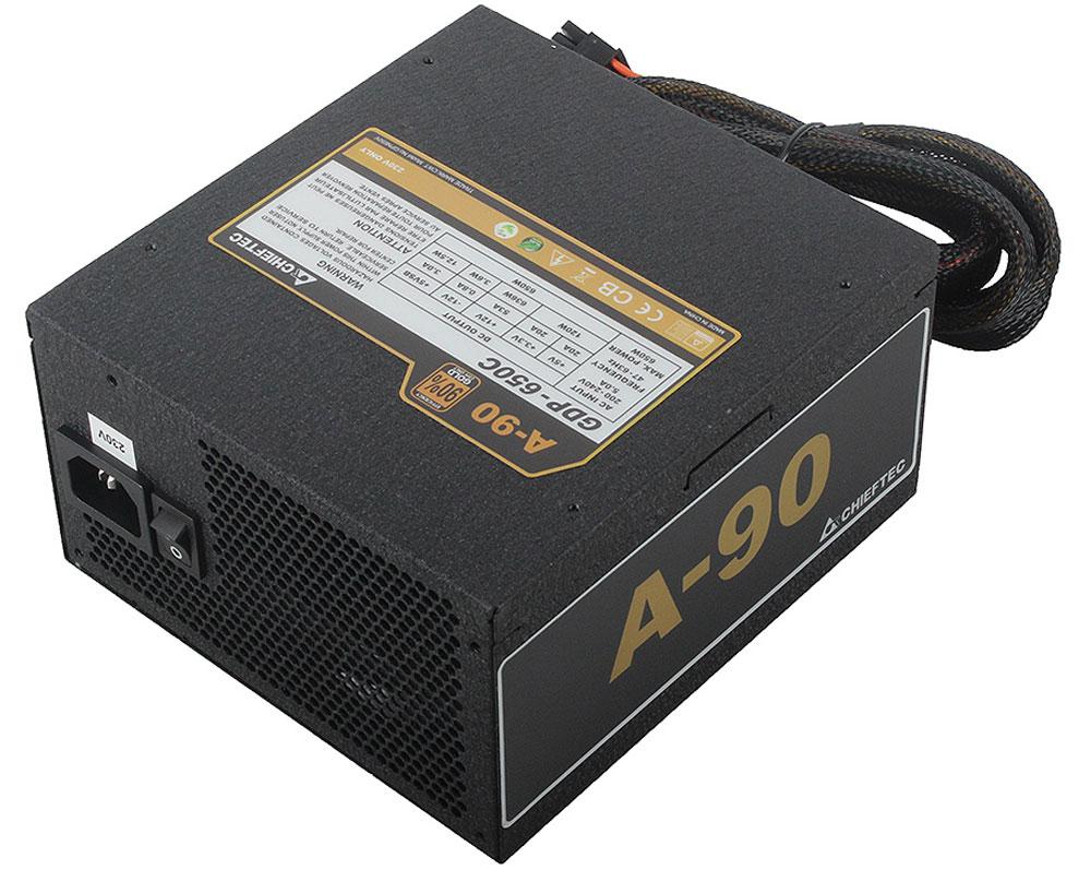 Chieftec GDP-650C блок питания для компьютера4710713230835Блок питания Chieftec GDP-650C относится к модульной серии A-90, что представлена на рынке в 3-х самых популярных среди геймеров и энтузиастов вариантах мощностей (550, 650 и 750Вт).Данная модель была создана для тех пользователей, которым нужна наивысшая эффективность за небольшие деньги, кто ценит эстетичность и удобство подключения устройств. Блок поставляется на рынок в привлекательной розничной упаковке, в комплекте с кабелем питания и поддерживает подключение видеокарт по системе NVIDIA SLI / ATI CrossFire; все кабели имеют хорошую длину и качественную оплётку.Благодаря эффективности работы > 90% в сетях 230В и большому 140 мм вентилятору, обеспечивающему мощный воздушный поток даже на малых оборотах, данное устройство отлично подходит для сборки систем, имеющих повышенные требования к стабильности питания и температурному режиму.