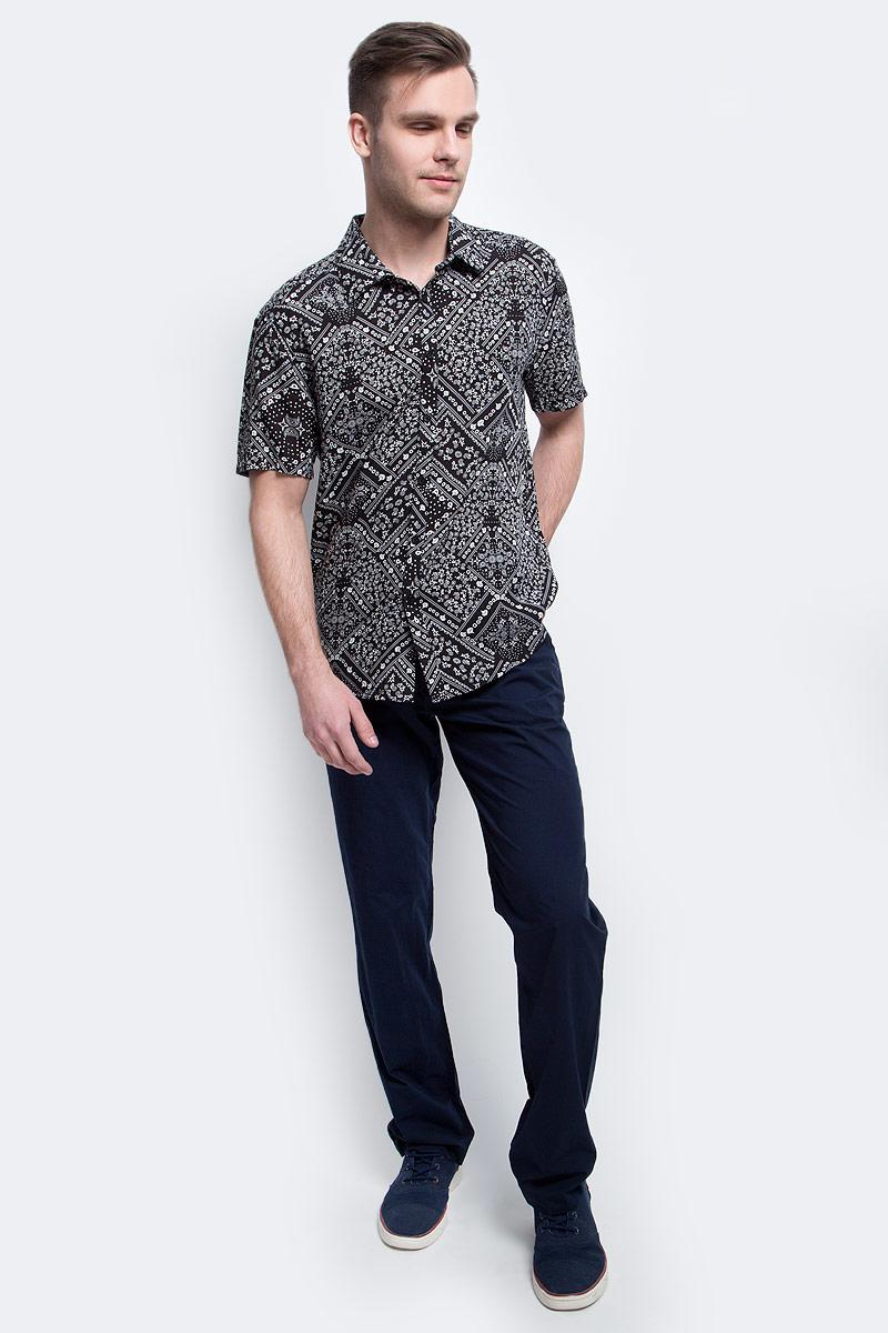 Рубашка мужская Finn Flare, цвет: черный. S17-24020_200. Размер M (48)S17-24020_200Рубашка мужская Finn Flare выполнена из вискозы. Модель с отложным воротником и короткими рукавами застегивается на пуговицы.