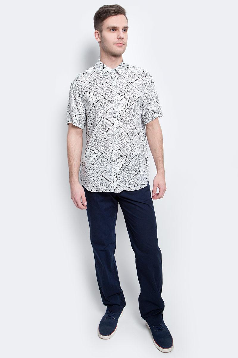 Рубашка мужская Finn Flare, цвет: белый. S17-24020_201. Размер L (50)S17-24020_201Рубашка мужская Finn Flare выполнена из вискозы. Модель с отложным воротником и короткими рукавами застегивается на пуговицы.