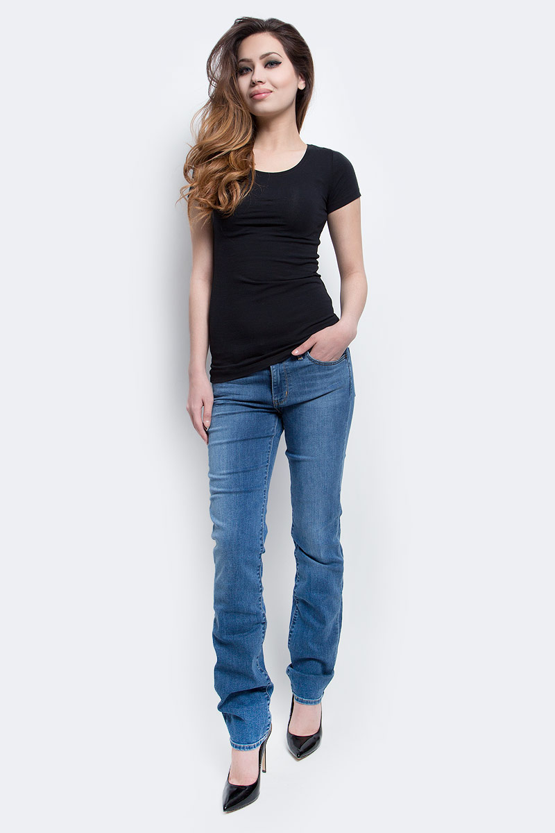 Джинсы женские Levis®, цвет: светло-синий. 1888400670. Размер 26-34 (42-34)1888400670Женские джинсы Levis® изготовлены из эластичного хлопка с добавлением полиэстера. Джинсы в поясе застегиваются на металлическую пуговицу и имеют ширинку на застежке-молнии, а также шлевки для ремня. Модель со средней посадкой имеет зауженный покрой. Спереди расположены два втачных кармана и один маленький накладной, а сзади - два накладных кармана. Изделие оформлено легким эффектом потертости.