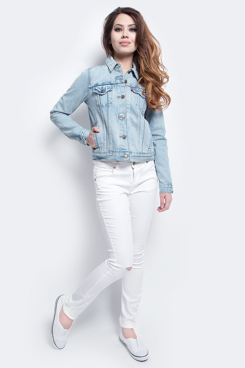 Куртка джинсовая женская Levis®, цвет: голубой. 2994500090. Размер S (46)2994500090Женская джинсовая куртка Levis® выполнена из высококачественного натурального хлопка. Куртка на основе легендарной модели Trucker имеет прямой стандартный покрой. Куртка с отложнымворотником и длинными рукавами застегивается на пуговицы. Спереди расположены два втачных кармана и два накладных с клапанами на пуговицах.