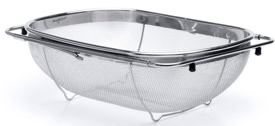 Дуршлаг BergHOFF Studio, с раздвижной рамой, 34 х 23,5 см1105148Дуршлаг для слива и мытья самых мелких продуктов: даже рис не проскочит через него. Раздвижные ручки помогают зафиксировать этот дуршлаг на большинстве раковин, что делает его отличным инструментом для использования непосредственно под проточной водой. Можно также сливать приготовленную пищу сохраняя обе руки свободными. Резиновые насадки на раздвигаемых ручках предотвращают скольжение. Дно с подставкой непосредственно под дуршлагом предлагает большую стабильность и приподнимает его, когда он расположен на поверхности. Изготовлен из сверхпрочной нержавеющей стали для длительного использования на самых оживленных кухнях. Подходит для посудомоечной машины.Овальный дуршлаг BergHOFF Studio, выполненный из высококачественной нержавеющей стали, станет полезным приобретением для вашей кухни. В отличие от большинства дуршлагов, которые зачастую создают некоторые неудобства в эксплуатации, данная модель обладает рядом преимуществ. Специальная раздвижная рама позволяет зафиксировать дуршлаг на раковине, а резиновые ножки позволяют надежно установить дуршлаг на поверхности стола. Он идеально подходит для мытья и обсушивания салатов, зелени, овощей и фруктов, даже рис не проскочит через него.Размер дуршлага (без учета раздвижной рамы): 34 х 23,5 х 10,5 см.Максимальная ширина раздвижной рамы: 55 см.
