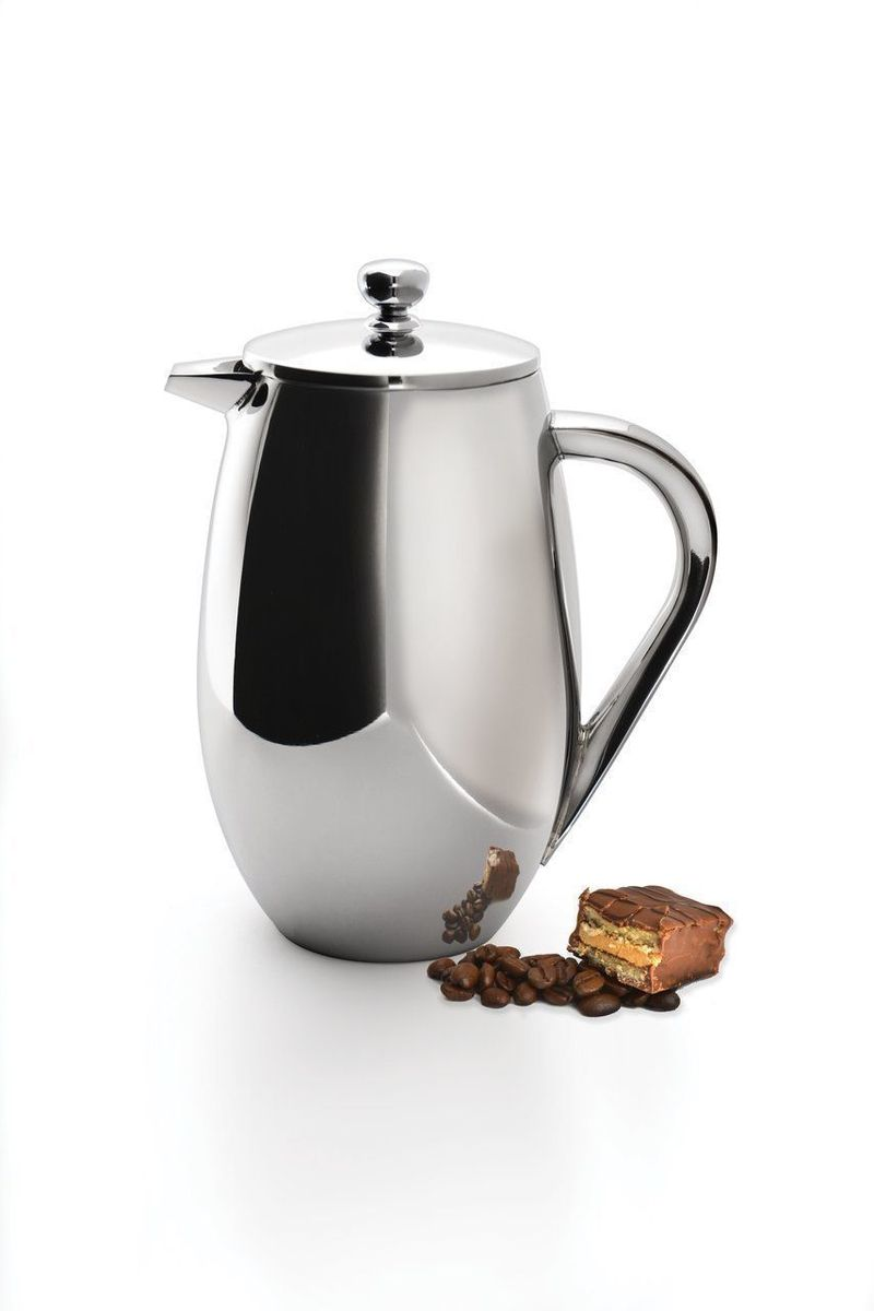 Френч-пресс для кофе и чая BergHOFF Studio, с двойной стенкой, 1 л1106902Френч-пресс для кофе и чая BergHOFF Studio выполнен из нержавеющей стали 18/10. Отлично подходит для заваривания любых сортов кофе, без проблем справится с любым помолом. Помимо кофе, во френч-прессе можно заварить чай и травяные настои. Изолирующий слой создается двумя стенками из нержавеющей стали, таким образом, кофе и чай дольше остаются горячими. Наружная сторона не нагревается. Благодаря удобному носику напитки легко наливать. Тонкий сетчатый фильтр из нержавеющей стали сохраняет заварку внутри пресса, не позволяя ей попасть в чашку. Подходит для использования в посудомоечной машине. Объем: 1 л. Диаметр (по верхнему краю): 9,5 см. Высота (без учета крышки): 19 см.