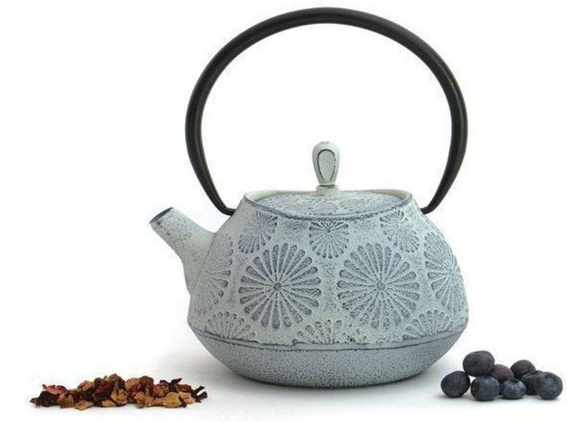 Чугунный чайник BergHOFF Studio, цвет: белый, 1,1л1107121Чайник Studio изготовлен из чугуна, благодаря которому сохраняет чай дольше горячим. Кроме того, благодаря равномерному распределению тепла в чугуне, улучшается натуральный вкус чайных листьев. Мелкосетчатый фильтр позволяет наслаждаться чаем без докучливых чаинок в Вашей чашке. Внутреннее покрытие из прочной эмали обеспечивает защиту от коррозии.Рекомендована ручная мойка.Упакован в подарочную коробку.