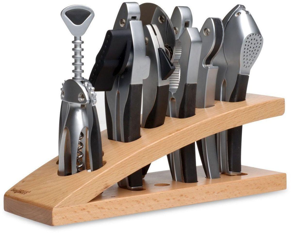 Набор принадлежностей для кухни и бара BergHOFF Squalo, 7 предметов1107363Набор принадлежностей для кухни и бара BergHOFF Squalo включает в себя орехокол, нож для пиццы, пресс для чеснока, открывалку, штопор, консервный ключ, деревянную подставку.Предметы набора изготовлены из высококачественной коррозионностойкой стали. Матовая полировка придает кухонным принадлежностям эстетичный вид. Удобные ручки снабжены резиновыми вставками. Стильная деревянная подставка позволит хранить предметы на рабочей поверхности и быть всегда под рукой. Надежные и удобные в использовании принадлежности для кухни BergHOFF Squalo пригодятся в каждом доме и станут замечательным и практичным подарком друзьям и близким. Длина открывалки: 17 см.Длина ножа для пиццы: 18,5 см.Диаметр лезвия ножа для пиццы: 7,5 см.Высота штопора: 19 см.Длина пресса для чеснока: 18 см.Длина консервного ключа: 18,5 см.Длина орехокола: 18 см.Размер подставки: 29 см х 9,5 см х 9 см.