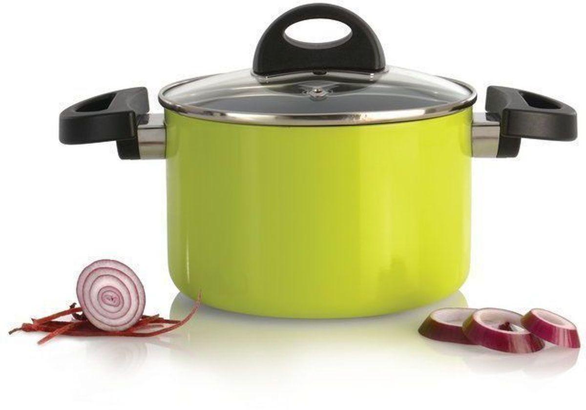 Кастрюля BergHOFF Eclipse, с крышкой, 2 л, цвет: лаймовый3700083Прочная и простая в использовании посуда с быстрым и равномерным распределением тепла. Многослойное и армированное, антипригарное покрытие для удобного извлечения пищи и легкой чистки. Не содержит ни свинца, ни кадмия. Крышка обеспечивает эффективное закрытие: тепло сохраняется внутри кастрюли, что приводит к более быстрому разогреву, три вентиляционных отверстия предотвращают выплескивание. Благодаря стеклянной крышке можно наблюдать за ингредиентами в кастрюле. Не нужно поднимать крышку, растрачивая энергию и вкусовые качества. Ненагревающиеся ручки для дополнительного комфорта и безопасности.Кастрюля подходит для всех типов плит. Рекомендуется мытье вручную.