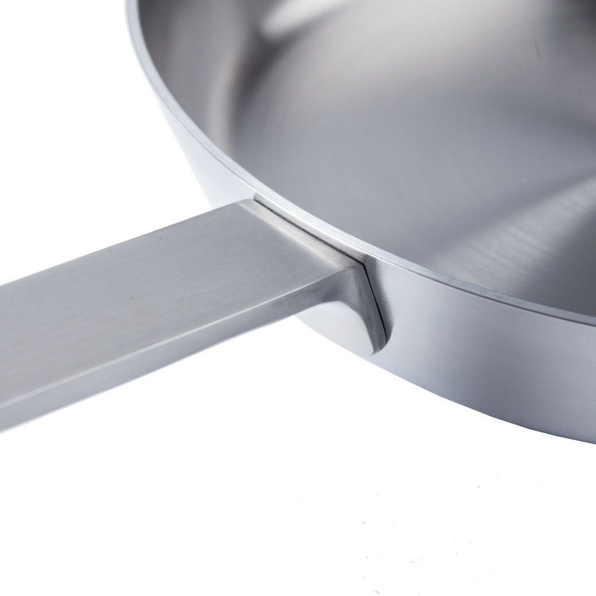 """Сковорода BergHOFF """"Ron"""" выполнена из нержавеющей стали. Дно сковороды изготовлено из 4 различных материалов, расположенных в изобретательном пятислойном альянсе для равномерного распределения тепла. Дно и корпус формируют бесшовное целое, гарантирующее, что тепло быстро распределяется по дну до обода.   Конструкция дна делает возможным энергоэффективное приготовление пищи и равномерное распределение тепла по всей поверхности.  Подходит для любых типов плит, включая индукционные.  Подходит для посудомоечной машины. Объем: 2,1 л. Диаметр: 26 см."""