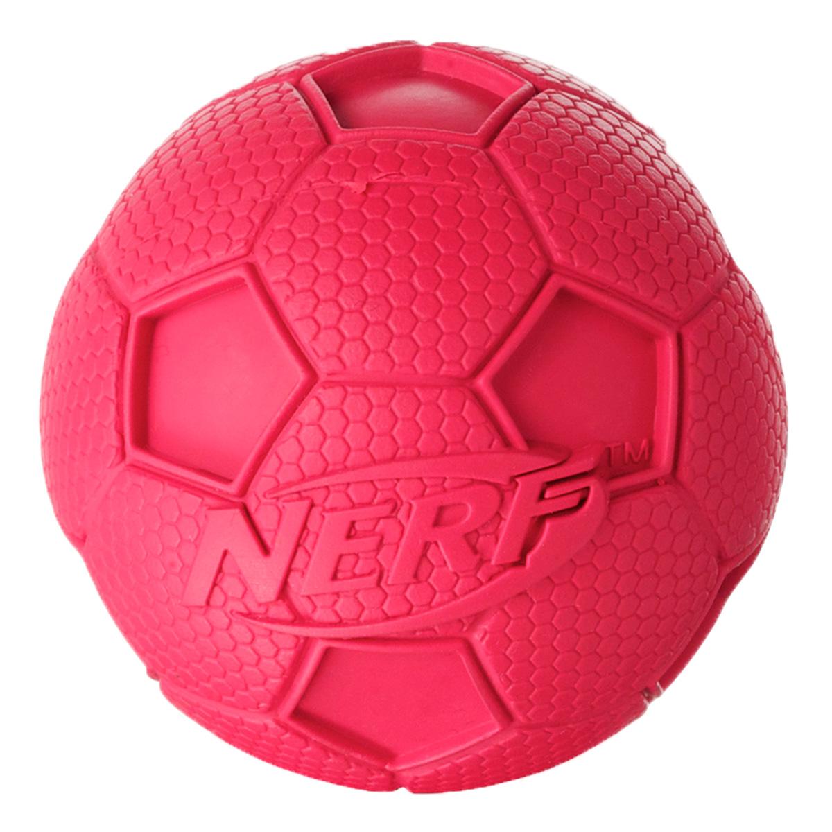Игрушка для собак Nerf Мяч футбольный, с пищалкой, цвет: красный, 6 см22187Мяч Nerf выполнен из сверхпрочной резины. Оптимален для игры с собакой дома и на свежем воздухе.Подходит собакам с самой мощной челюстью!Высококачественные прочные материалы, из которых изготовлена игрушка, обеспечивают долговечность использования.Звук мяча дополнительно увлекает собаку игрой.Размер S: 6 см.