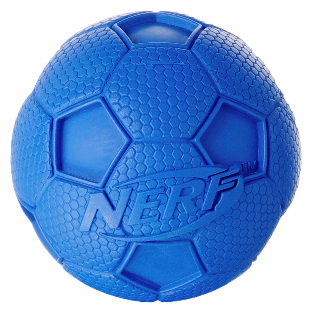 Игрушка для собак Nerf Мяч футбольный, с пищалкой, цвет: голубой, 8 см22194Мяч Nerf выполнен из сверхпрочной резины. Оптимален для игры с собакой дома и на свежем воздухе.Подходит собакам с самой мощной челюстью!Высококачественные прочные материалы, из которых изготовлена игрушка, обеспечивают долговечность использования.Звук мяча дополнительно увлекает собаку игрой.Размер M: 8 см.