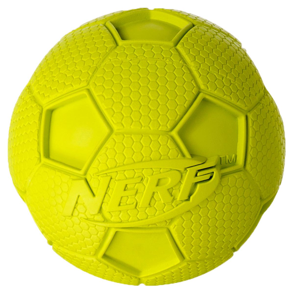 Игрушка для собак Nerf Мяч футбольный, с пищалкой, цвет: желтый, 10 см22200Мяч Nerf выполнен из сверхпрочной резины. Оптимален для игры с собакой дома и на свежем воздухе.Подходит собакам с самой мощной челюстью!Высококачественные прочные материалы, из которых изготовлена игрушка, обеспечивают долговечность использования.Звук мяча дополнительно увлекает собаку игрой.Яркие привлекательные цвета.Размер L: 10 см.