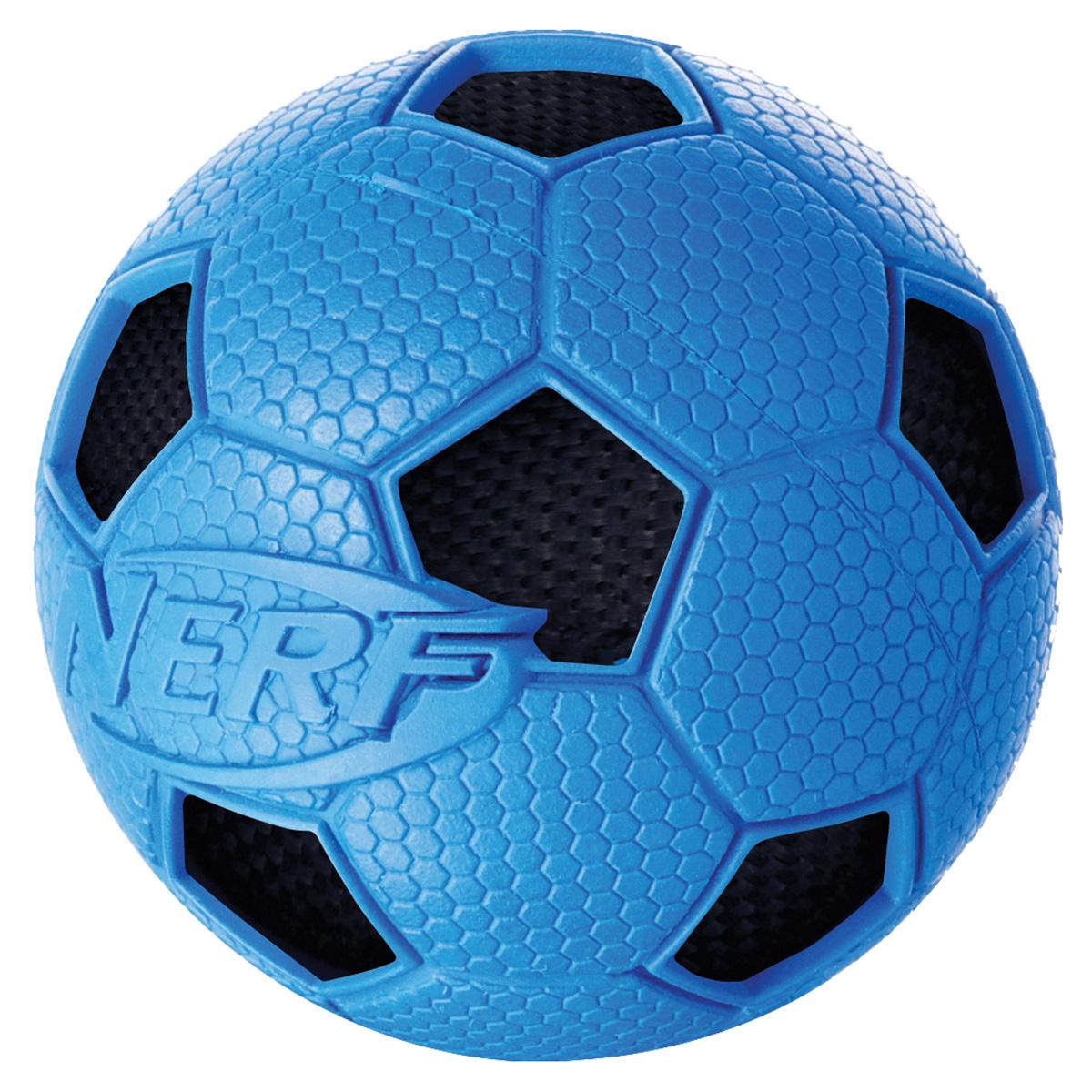 Игрушка для собак Nerf Мяч футбольный, цвет: голубой, черный, диаметр 7,5 см22323Мяч Nerf с рельефным рисунком и нейлоновым хрустящим мячом внутри.Высококачественные прочные материалы, из которых изготовлена игрушка, обеспечивают долговечность использования.Звук мяча дополнительно увлекает собаку игрой.Размер M: 7,5 см.