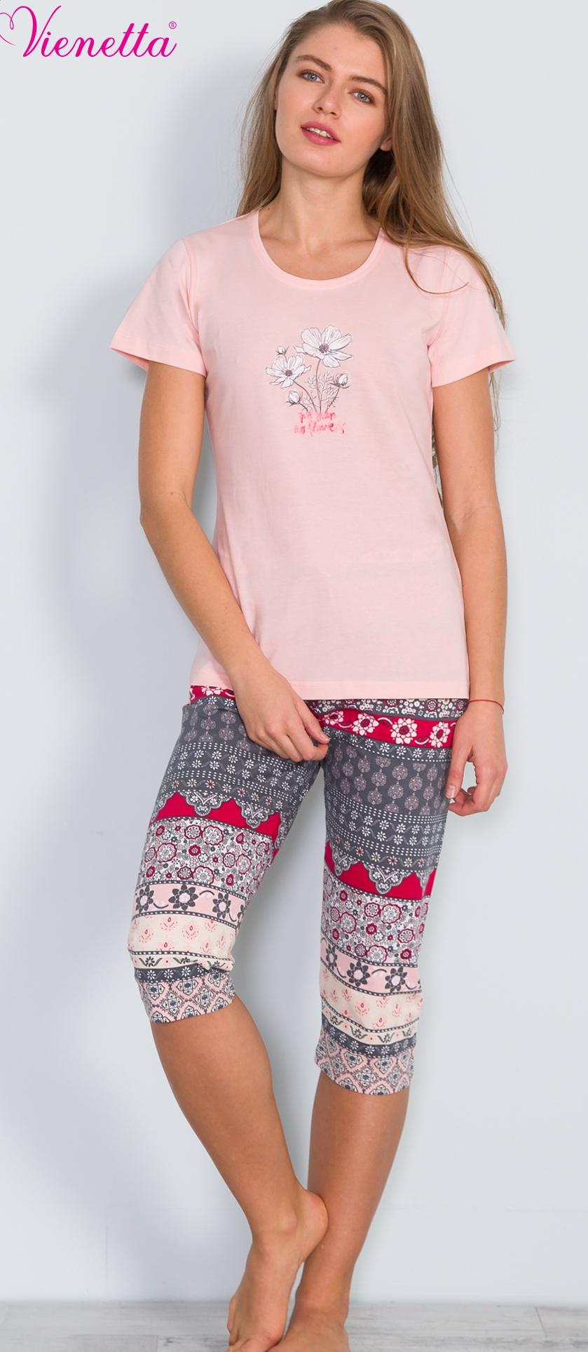 Комплект домашний женский Vienettas Secret: футболка, капри, цвет: светло-розовый, серый. 609041 4438. Размер L (48)609041 4438Женский домашний комплект Vienettas Secret включает футболку и капри. Комплект выполнен из 100% натурального хлопка. Футболка имеет круглый вырез горловины и короткие стандартные рукава. Обтягивающие капри снабжены резинкой на талии. Футболка выполнена в однотонном дизайне и украшена изображением ромашки, а капри дополнены узорами.
