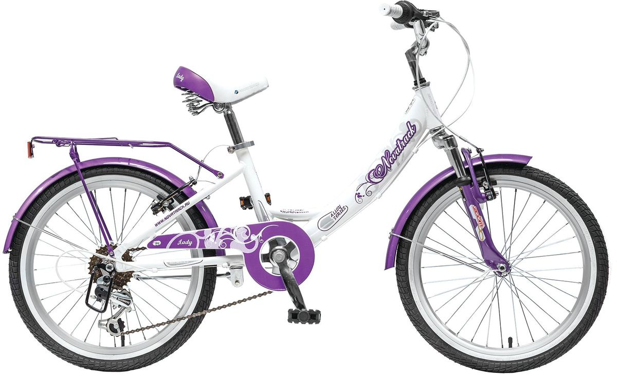 Велосипед детский Novatrack Girlish Line, цвет: белый, сиреневый, 2020AH6V.GIRLISH.WT5Novatrack Girlish Line – это яркий, простой в управлении и неприхотливый в обслуживании велосипед для девочек 7-10 лет. С первого взгляда можно понять, что это не просто велосипед, а средство передвижения настоящей леди с тонким вкусом. Модель достаточно легкая, но прочная и надежная благодаря алюминиевой раме. Большие колеса 20, седло с пружинами и амортизаторы на передней вилке обеспечат мягкую езду даже по неровной дороге. 6 скоростей позволят выбрать оптимальный режим для спуска или подъема в горку. Надежное торможение гарантирует передний ручной тормоз, но для большей надежности он продублирован еще и задним тормозом, тоже ручным. Светоотражатели обозначат местоположение велосипеда в сумерках, что важно для безопасности ребенка, а специальный кожух защитит ноги и одежду ребенка от соприкосновения с цепью. Удлиненные крылья снабжены брызговиками, позволяющими сохранить одежду чистой, даже если на пути встретится лужа. Качество сборки гарантирует абсолютную надежность. Novatrack Girlish LIne не подведет свою хозяйку на крутом спуске и не сломается в самый неподходящий момент.