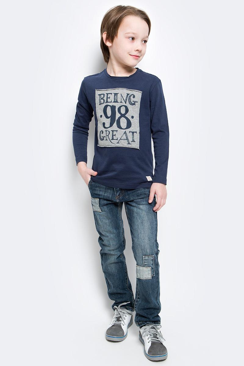 Лонгслив для мальчика Button Blue, цвет: темно-синий. 216BBBC12041000. Размер 110, 5 лет216BBBC12041000Лонгслив - основная составляющая модного детского функционального гардероба. Модель с эффектным принтом - украшение гардероба! Лонгслив сделает повседневный гардероб свежим, ярким, привлекательным!