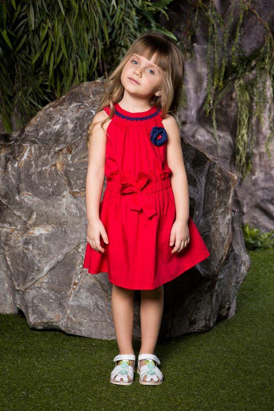 Платье для девочки Sweet Berry, цвет: красный. 714104. Размер 110714104Яркое платье для девочки Sweet Berry выполнено из натурального хлопка и оформлено объемным контрастным цветком и контрастным кружевом по горловине. Модель приталенного кроя с расклешенной юбкой застегивается на пуговицы на спине. Талия присборена вшитым поясом на резинке, декорированным бантом.