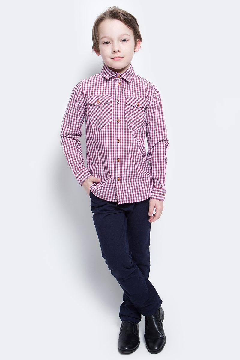 Рубашка для мальчика Button Blue Main, цвет: красный. 117BBBC23020302. Размер 122, 7 лет117BBBC23020302Клетчатая рубашка - яркий акцент повседневного образа ребенка. Купить рубашку для мальчика стоит ранней весной, и сочетать ее с футболкой, толстовкой, джемпером, создавая модные многослойные решения. И для лета яркая рубашка в клетку из 100% хлопка - отличный вариант. С брюками, шортами, джинсами она будет выглядеть свежо и стильно!