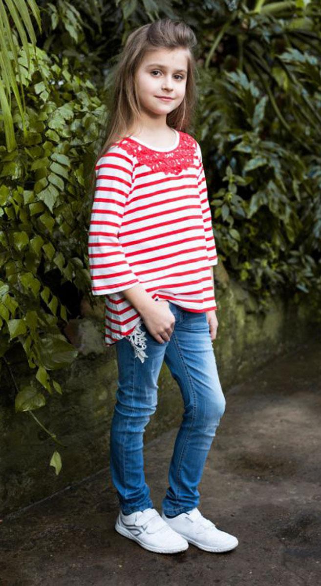 Футболка для девочки Luminoso, цвет: белый, красный. 718096. Размер 158718096Стильная футболка из трикотажной ткани в полоску для девочки, с рукавом 3/4 и удлиненной спинкой. Декорирована кружевным плетением.