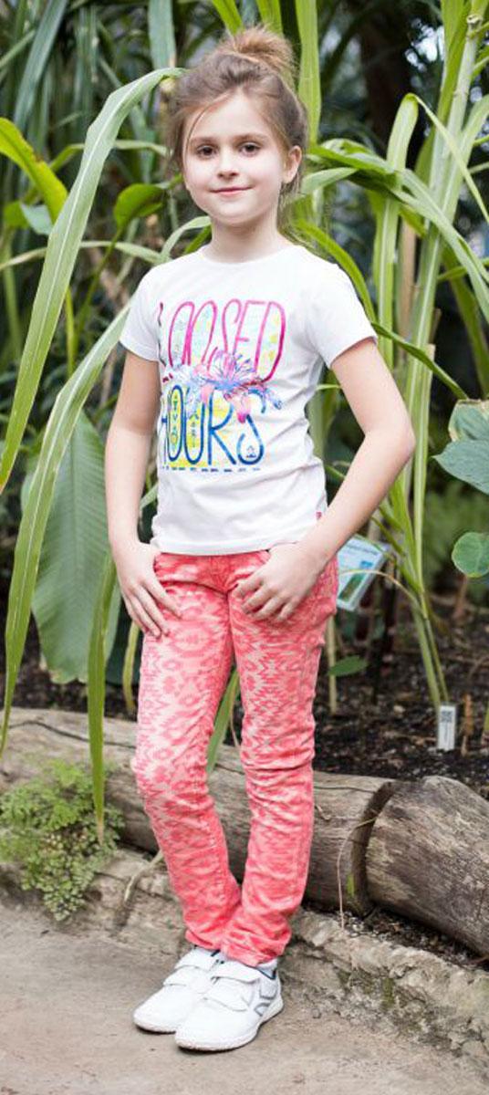 Брюки для девочки Luminoso, цвет: коралловый. 718026. Размер 140718026Стильные джинсовые брюки для девочки имеют зауженный крой, застегиваются на молнию и пуговицу. Шлевки на поясе рассчитаны под ремень. В боковой части пояса находятся вшитые эластичные ленты, регулирующие посадку по талии.