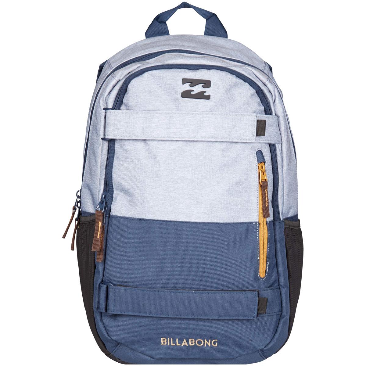 Рюкзак городской Billabong No Comply, цвет: серый, синий3607869368684Удобный рюкзак, дополненный ремнями для крепления скейтборда и отделением для ноутбука. Отличная модель, которая позволит с комфортом передвигаться по городу со скейтом, освободив руки, а также не переживать за сохранность ПК. Достаточный объем уверенно удовлетворит повседневные потребности, а эргономичные лямки подарят комфорт при транспортировке даже тяжело нагруженного рюкзака. Передний карман со скрытой молнией и с дополнительным вертикальным карманом. Боковые карманы из сетки. Усиленное дно. Эргономичные лямки регулируются по длине. Регулируемый нагрудный ремень.