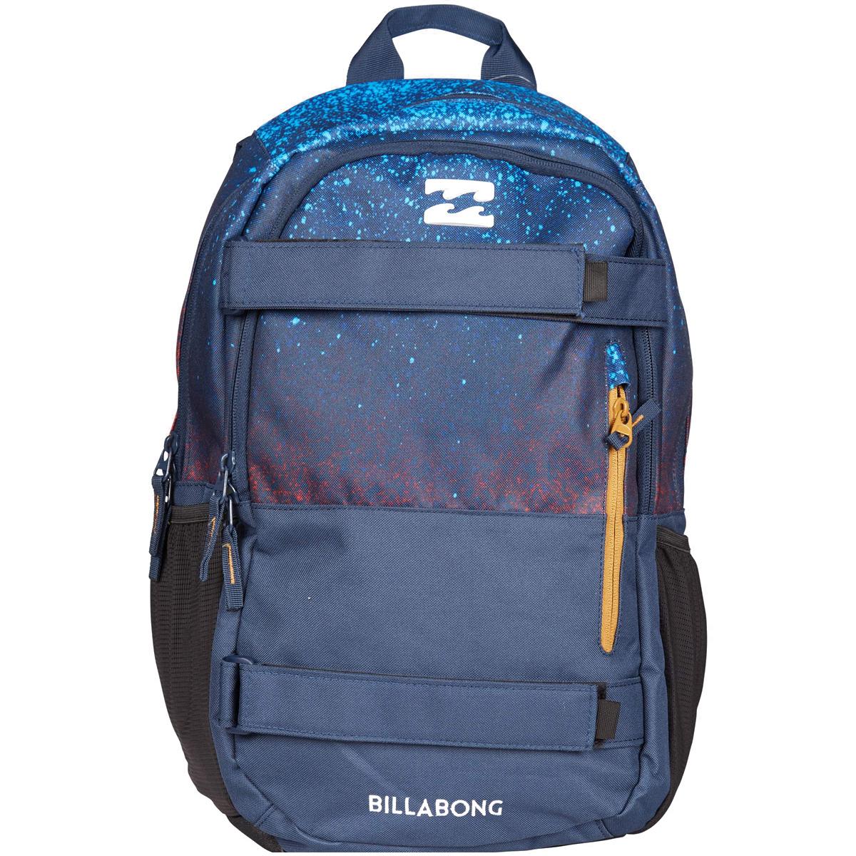 Рюкзак городской Billabong No Comply, цвет: темно-синий3607869368691Удобный рюкзак, дополненный ремнями для крепления скейтборда и отделением для ноутбука. Отличная модель, которая позволит с комфортом передвигаться по городу со скейтом, освободив руки, а также не переживать за сохранность ПК. Достаточный объем уверенно удовлетворит повседневные потребности, а эргономичные лямки подарят комфорт при транспортировке даже тяжело нагруженного рюкзака. Передний карман со скрытой молнией и с дополнительным вертикальным карманом. Боковые карманы из сетки. Усиленное дно. Эргономичные лямки регулируются по длине. Регулируемый нагрудный ремень.
