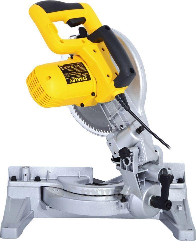 Пила торцовочная Stanley. STSM1510STSM1510Торцовочная пила Stanley применяется для создания продольных и поперечных пропилов в древесине. Она имеет мощный двигатель 1500 Вт, что гарантирует отличную производительность. Для более быстрой и эффективной работы предусмотрено 9 предустановок на часто используемые углы пиления. Благодаря наличию специального кожуха значительно снижена травмоопасность.