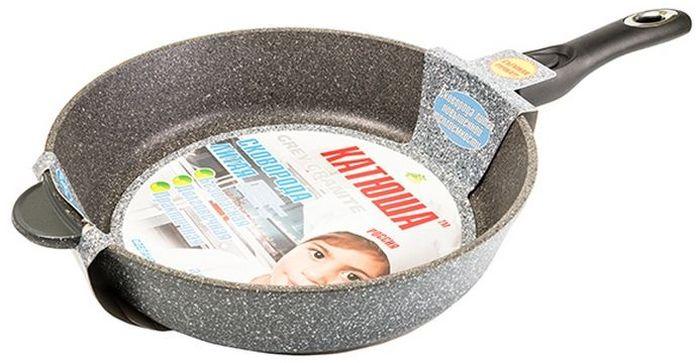 """Сковорода """"Катюша"""" выполнена из литого алюминия с антипригарным гранитным покрытием. Такое покрытие создается по особой технологии, в процессе которой в состав покрытия добавляются гранитные минеральные частицы. Эти элементы придают прочность антипригарному слою. Сковорода с данной поверхностью более экологична и безопасна по сравнению с прочими антипригарными изделиями. Приготавливаемая в ней пища доходит до готовности очень быстро. Эргономичная ручка, выполненная из бакелита, не нагревается и не скользит. Подходит для всех типов плит, кроме индукционных. Можно мыть в посудомоечной машине."""
