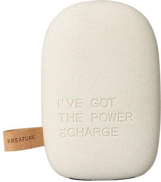 Kreafunk toCHARGE, Light Grey внешний аккумуляторKfsk78Небольшой и изящный аккумулятор в стильном дизайне. toCHARGE гарантирует, что ваш смартфон, планшет или другие портативные устройства не останутся без энергии. Благодаря компактному размеру аккумулятор удобно носить с собой. Он идеально подходит для путешествий, долгих прогулок или встреч вне дома или офиса. В корпусе предусмотрено два USB порта, что позволяет одновременно заряжать два устройства. Мешок для хранения в комплекте. Аккумулятор упакован в красивую деревянную коробку, которую украшают слова из популярного сингла 90-х: «I've got the power».Технические характеристики:Литиевый аккумулятор 6000 мАч4 LED светоиндикатор оставшейся емкости батареи и статуса зарядкиВстроенный микропроцессор для предотвращения избытка и недостатка зарядки, перегрузки и короткого замыканияПодходит для iPhone Android, PSP, MID, мобильных телефонов, MP3, GPS и похожих устройствАвтоматическое включение и выключение питанияВыходная мощность 5В/1A & 5В/2.1AПродолжительность зарядки: 7-8 часовЗарядный кабель USB в комплектеМеждународные сертификаты: CE, FCC, RoHS, WEEE