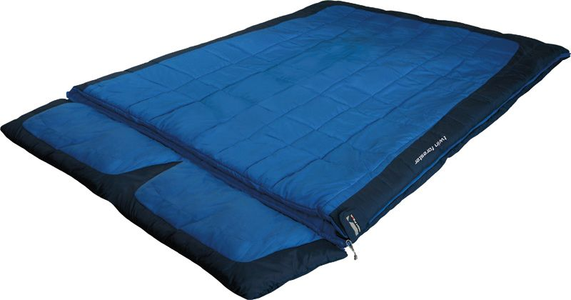 Спальный мешок-одеяло High Peak Twin Forester, цвет: синий, темно-синий, левосторонняя молния21245High Peak Twin Forester - это огромный двухместный семейный спальный мешок для комфортного отдыха во время летних путешествий. Спальник достаточно теплый, вы не замерзнете даже в прохладную ночь. Можно отстегнуть подголовник и использовать спальник как большое одеяло. Внешняя ткань спальника выполнена из шелковистого полиэстера, а внутренняя ткань состоит из хлопка и полиэстера. Вдоль молнии идет защита от закусывания замком молнии ткани спальника. Чтобы холодный воздух не проникал сквозь молнию, ее закрывает тепловой клапан. В верхней части молния фиксируется клапаном на липучке Velcro. На молнии два бегунка, которые позволяют расстегнуть спальник со стороны ног и сделать вентиляционное окно. Спальник утеплен слоем силиконизированного утеплителя Dura Loft, смешанного с холлофайбером в соотношении 70%/30% верх 2х150 (300) г/м2 + низ 2х150 (300) г/м2. В комплекте со спальником идет транспортировочный чехол.Что взять с собой в поход?. Статья OZON Гид